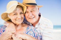 Pares mayores con el abarcamiento del sombrero Foto de archivo libre de regalías