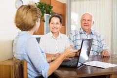 Pares mayores con el asistente social en casa imagenes de archivo