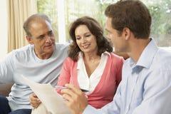 Pares mayores con el consejero financiero