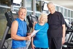 Pares mayores con el instructor personal Foto de archivo
