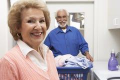 Pares mayores con el lavadero en cuarto de baño Fotos de archivo