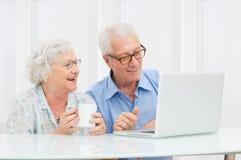 Pares mayores con el ordenador Imagen de archivo libre de regalías
