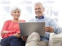 Pares mayores con el ordenador portátil Fotos de archivo libres de regalías