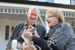 Pares mayores con el perro Imágenes de archivo libres de regalías