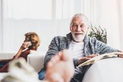 Pares mayores con el smartphone que se relaja en casa Imagen de archivo libre de regalías