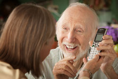 Pares mayores con el teléfono Fotos de archivo libres de regalías