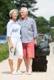 Pares mayores con equipaje Imagen de archivo