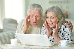 Pares mayores con la computadora portátil Imagen de archivo libre de regalías