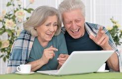 Pares mayores con la computadora portátil Imagen de archivo