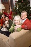 Pares mayores con la familia por el árbol de navidad Imágenes de archivo libres de regalías