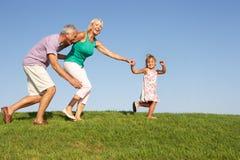 Pares mayores, con la nieta, ejecutándose Imagenes de archivo