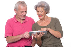 Pares mayores con la tableta Imágenes de archivo libres de regalías