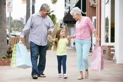 Pares mayores con los panieres que llevan de la nieta Foto de archivo