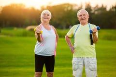 Pares mayores con pesas de gimnasia Fotografía de archivo