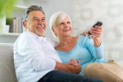 Pares mayores con teledirigido Imágenes de archivo libres de regalías