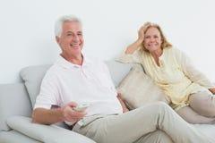 Pares mayores con teledirigido en casa Fotos de archivo