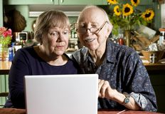 Pares mayores con un ordenador portátil Fotografía de archivo libre de regalías