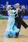 Pares mayores de la danza de Kaplin Anatoliy y de Zhudrik Ekaterina Performs European Standard Program Imagenes de archivo