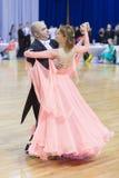 Pares mayores de la danza de Poddubnyak Oleg y de Puddubnyak Irina Performs European Standard Program Foto de archivo libre de regalías