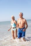 Pares mayores el día de fiesta de la playa Imágenes de archivo libres de regalías