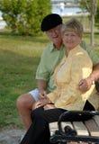 Pares mayores en banco de parque Fotografía de archivo