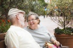 Pares mayores en banco en Market Place Imagen de archivo