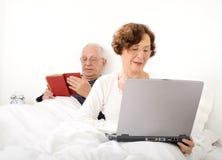 Pares mayores en cama Imagenes de archivo