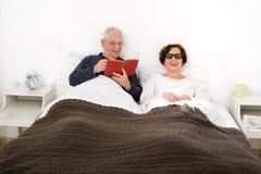 Pares mayores en cama Imagen de archivo