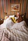 Pares mayores en cama Imagen de archivo libre de regalías