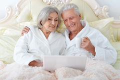 Pares mayores en cama Foto de archivo libre de regalías