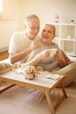 Pares mayores en cama Imágenes de archivo libres de regalías