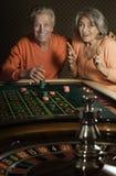 Pares mayores en casino foto de archivo