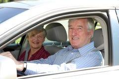 Pares mayores en coche Foto de archivo libre de regalías