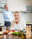 Pares mayores en conflicto en la cocina Fotografía de archivo libre de regalías