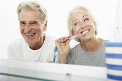Pares mayores en dientes de cepillado del cuarto de baño Imagen de archivo