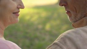 Pares mayores en el amor que habla, entendimiento mutuo, beso apasionado, afecto almacen de metraje de vídeo