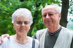 Pares mayores en el parque Fotografía de archivo