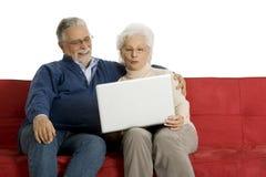 Pares mayores en el sofá Fotografía de archivo libre de regalías
