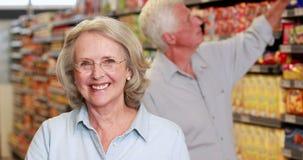 Pares mayores en el supermercado almacen de metraje de vídeo