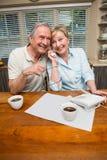 Pares mayores en el teléfono junto Foto de archivo libre de regalías