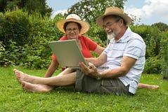 Pares mayores en jardín Imágenes de archivo libres de regalías