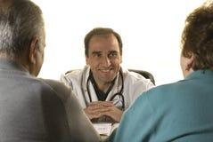Pares mayores en la consulta del doctor Fotografía de archivo