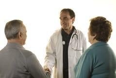 Pares mayores en la consulta del doctor fotos de archivo libres de regalías