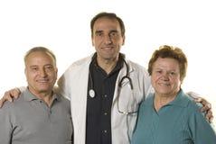 Pares mayores en la consulta del doctor imagenes de archivo