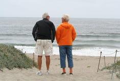 Pares mayores en la playa Imágenes de archivo libres de regalías