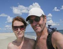 Pares mayores en la playa Fotos de archivo libres de regalías