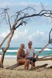 Pares mayores en la playa fotos de archivo