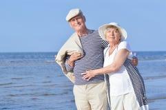 Pares mayores en la playa Imagen de archivo libre de regalías