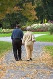 Pares mayores en parque Fotos de archivo libres de regalías
