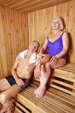 Pares mayores en sauna del hotel Imágenes de archivo libres de regalías